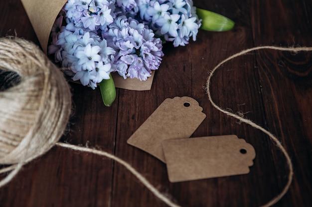 Composizione di fiori. giacinti del mazzo su una tavola di legno. san valentino. vista piana, vista dall'alto.