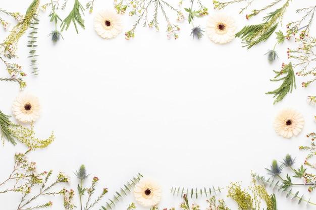 Composizione di fiori. cornice fatta di gerbera pastello su sfondo bianco. appartamento laico, vista dall'alto, copia dello spazio.