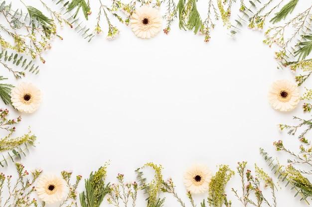 Composizione di fiori. cornice fatta di gerbera pastello su bianco piatto laico, vista dall'alto, copia dello spazio.