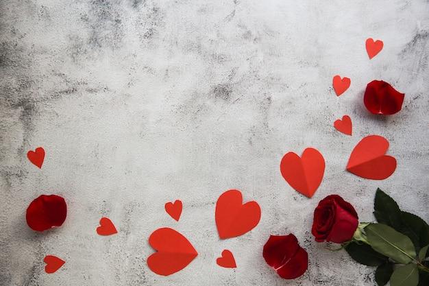 Composizione di fiori. cornice fatta di fiori di rosa, coriandoli su sfondo grigio. sfondo di san valentino. appartamento laico, vista dall'alto, copia dello spazio.