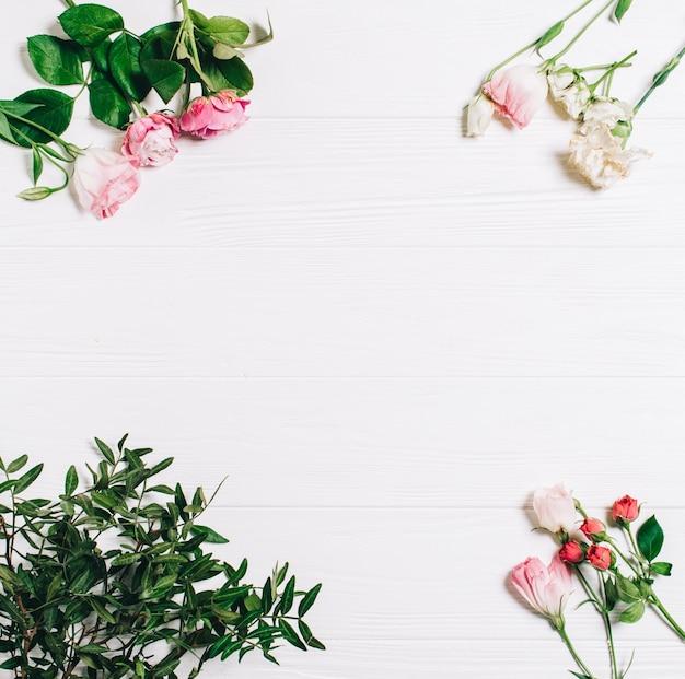 Composizione di fiori. fiori rosa su sfondo bianco in legno. san valentino. piatta piano, vista dall'alto.