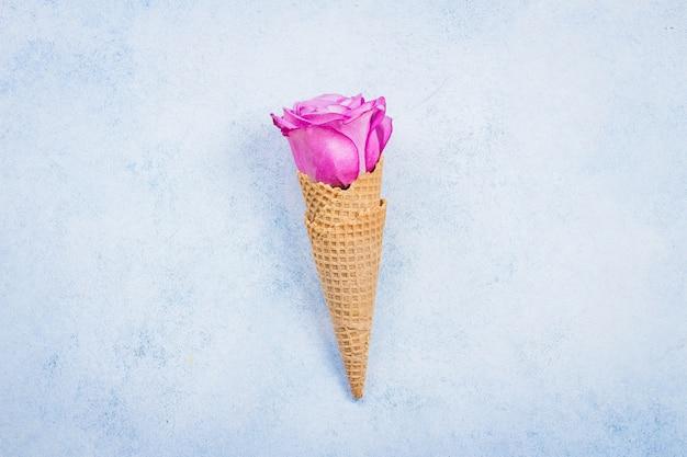 Composizione di fiori con coni di cialda