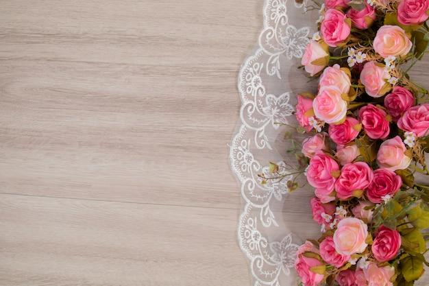 Composizione di fiori su backgound in legno per il concetto di matrimonio o anniversay