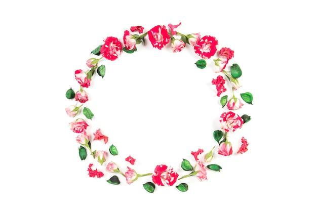 Ghirlanda di composizione di fiori fatta di rose fresche e fiori secchi su sfondo bianco