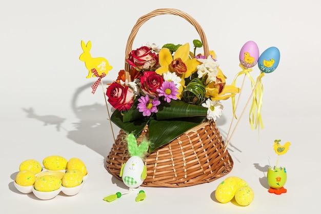 Fiori e uova. bellissimo set di fiori diversi e uova di pasqua dipinte isolate su sfondo bianco.