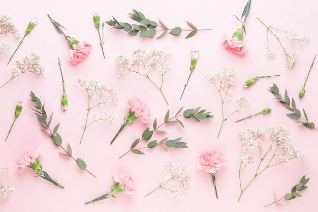 Composizione di fiori ed eucalipto.