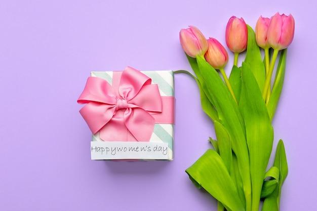 Fiori e regali per la giornata internazionale della donna sul colore