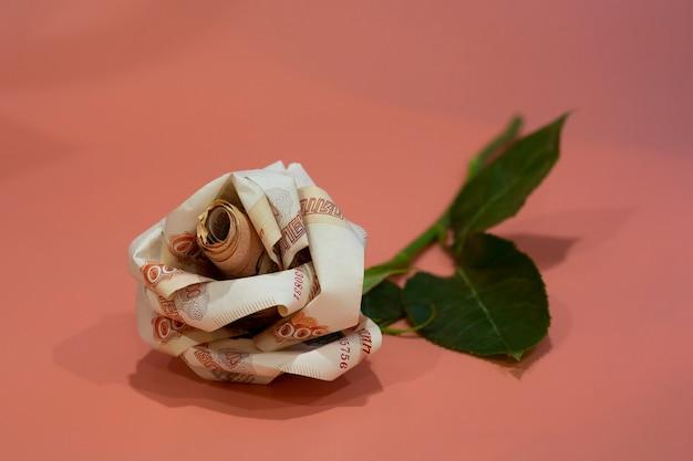 Banconote di origami di fiori la rosa è composta da 5000 banconote russe. i fiori preferiti dal concetto sono i soldi