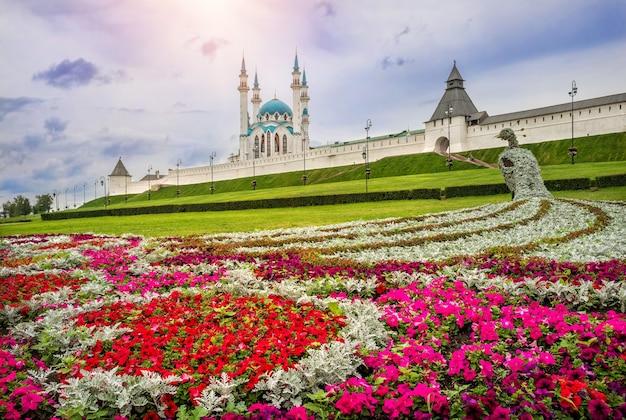 Fiori e pavone dai fiori davanti al cremlino di kazan Foto Premium
