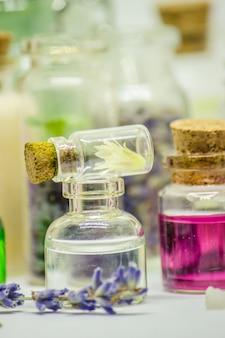 Fiori e estratti di piante in piccole bottiglie. messa a fuoco selettiva