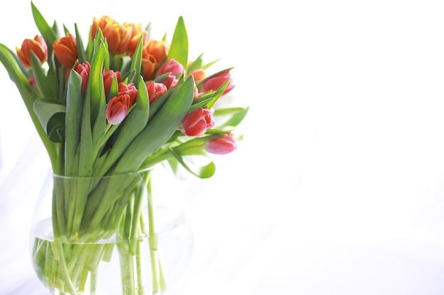 Fiori, vacanze primaverili e concetto di arredamento per la casa - bouquet di bellissimi tulipani, sfondo floreale