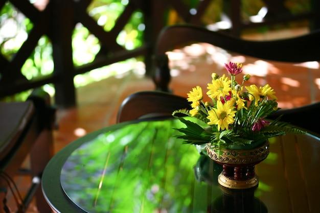 Fiori sul tavolo