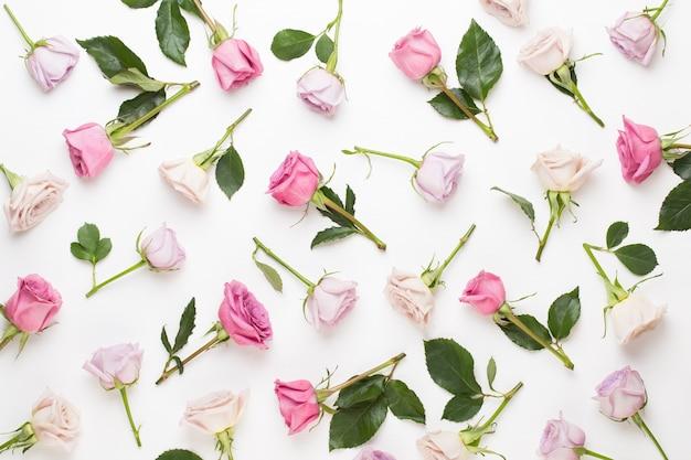 Composizione di san valentino fiori. cornice fatta di rosa rosa su sfondo grigio. appartamento laico, vista dall'alto, copia dello spazio.