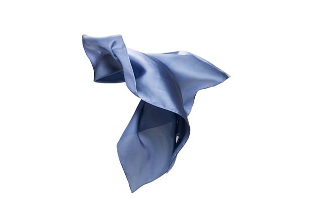 Sciarpa di seta blu fluente isolata su priorità bassa bianca.