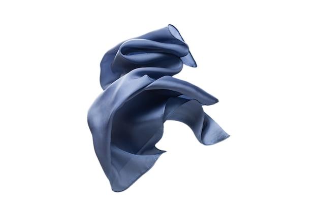 Sciarpa di seta blu fluente isolata sulla superficie bianca.
