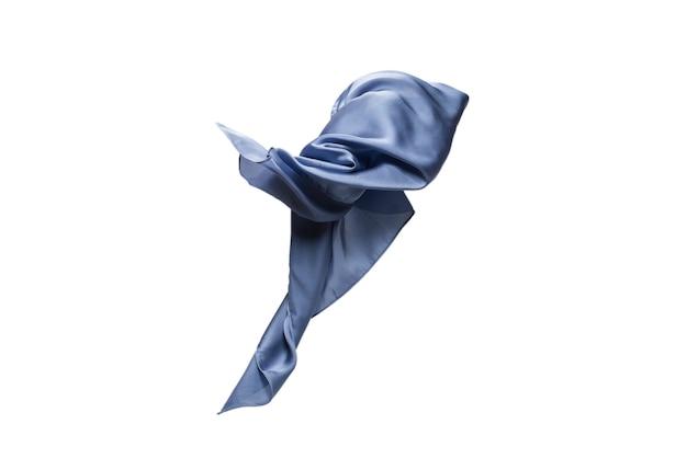 Sciarpa di seta blu fluente isolata su bianco.