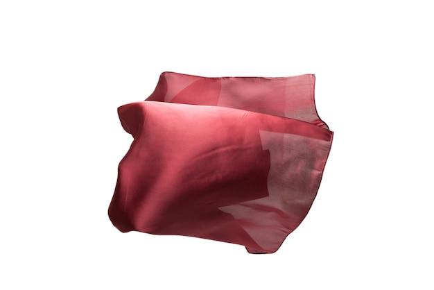 Sciarpa di seta rossa fluente isolata su priorità bassa bianca. Foto Premium