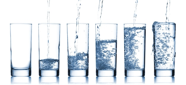 Acqua che scorre in un bicchiere