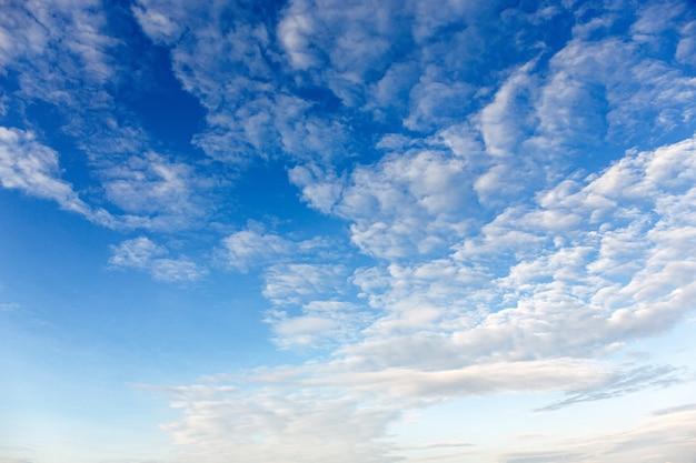 Soffici nuvole bianche sullo sfondo del cielo blu