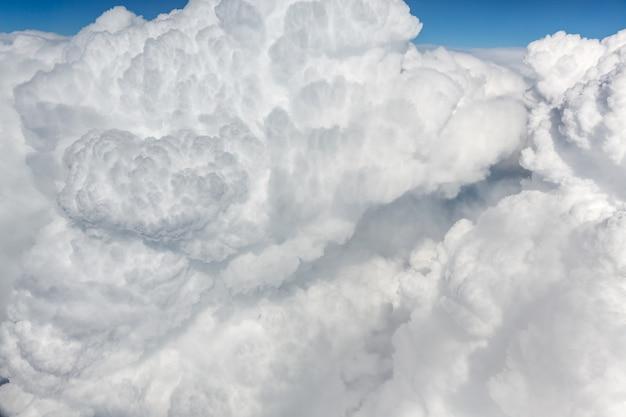 Soffici nuvole bianche, una vista dal finestrino dell'aereo. vista dall'alto