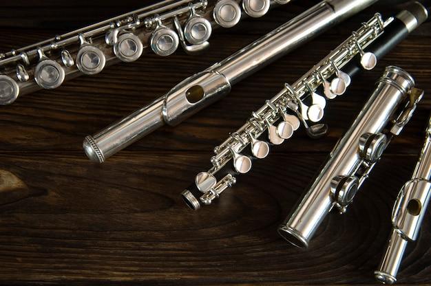 Parti di flauto disposte su una superficie di legno
