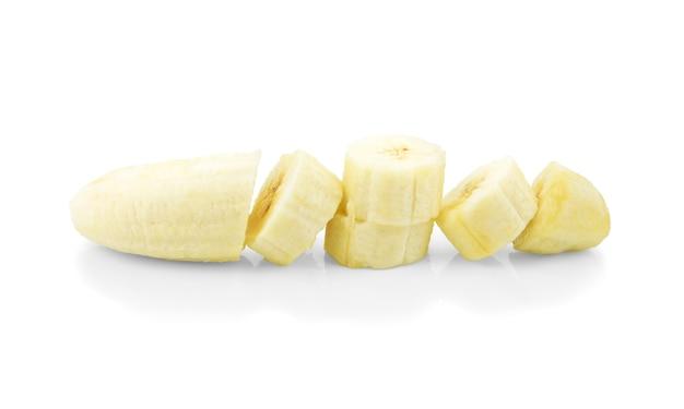 Fette di banana volante, isolato su bianco