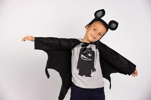 Ragazzo pipistrello volante. boo costume di carnevale. simpatico personaggio spettrale spaventoso. faccina sorridente con le mani aperte. .