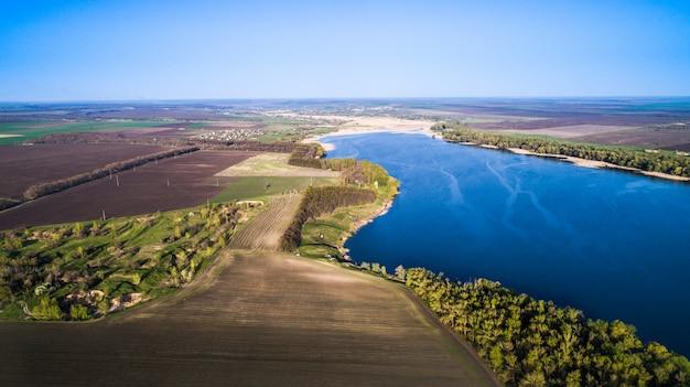Sorvolando il bellissimo fiume di primavera. ripresa aerea della fotocamera. ucraina.