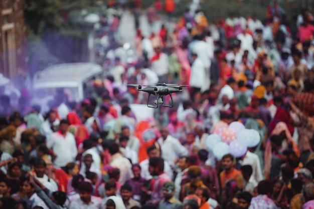 Drone volante sopra la folla