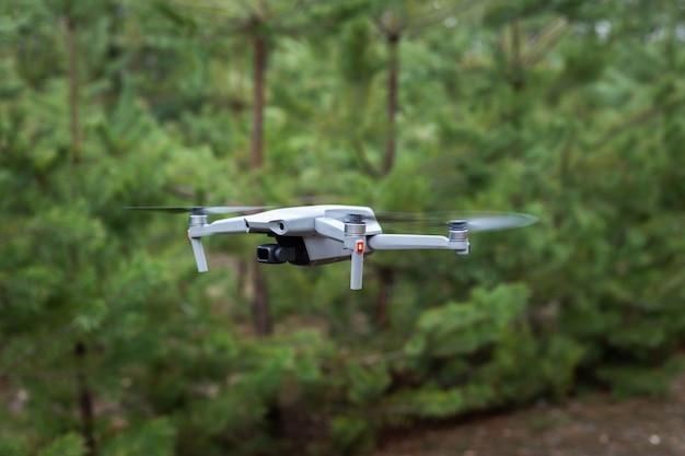 Drone volante nella foresta