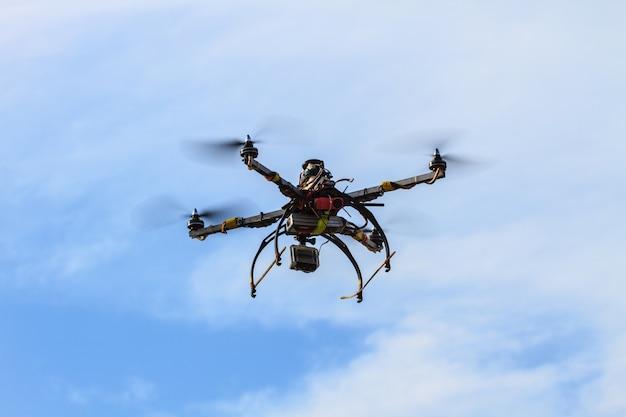 Drone volante sul cielo