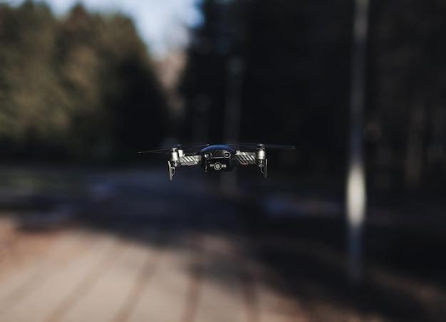 Drone volante con sfondo sfocato
