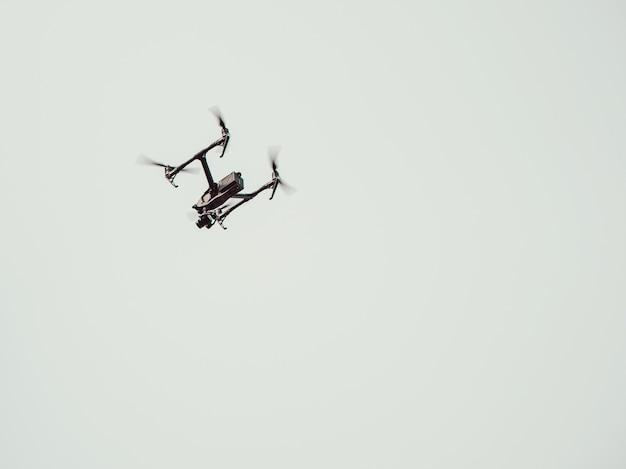 Drone volante fatto a mano sul cielo.