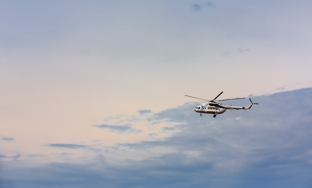 Elicottero volante contro il cielo