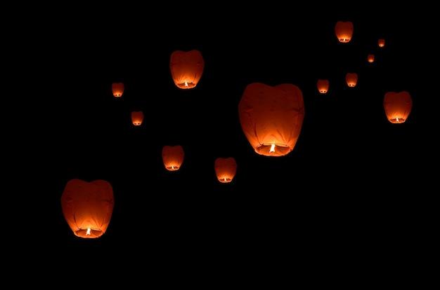Lanterna volante nel cielo scuro