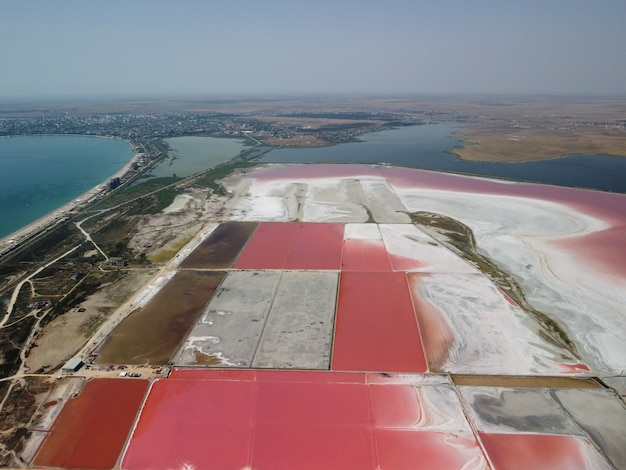 Volando sopra un lago salato rosa sale di produzione di sale di evaporazione salina campi di stagno nel salty