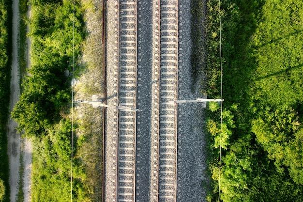 Sorvolando binari ferroviari, vista dall'alto.