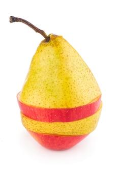 Fette di frutta volanti: mela, pera, arancia su sfondo bianco