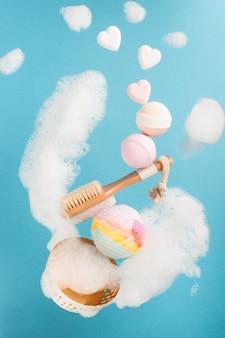 Spruzzata di schiuma con bombe da bagno e cuori, sistemazione spa
