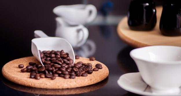Focus barista versa chicchi di caffè freschi