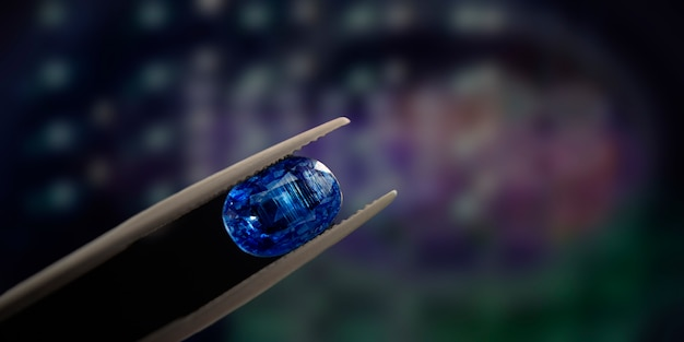 Focus gemma blu bella con riflessi