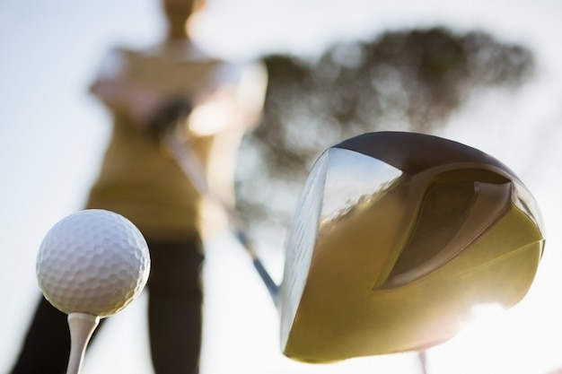 Focus sul primo piano del golf club e palla