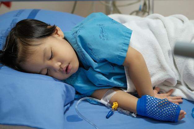 Concentrati sulle mani dei pazienti del reparto ospedaliero che stanno riempiendo la soluzione salina