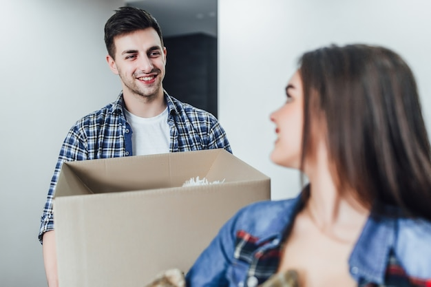 Concentrati sull'uomo felice con la scatola sulle mani nella nuova casa