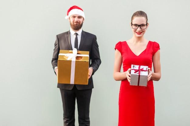 Concentrati sulla coppia di donne che mostra una scatola colorata e sorride