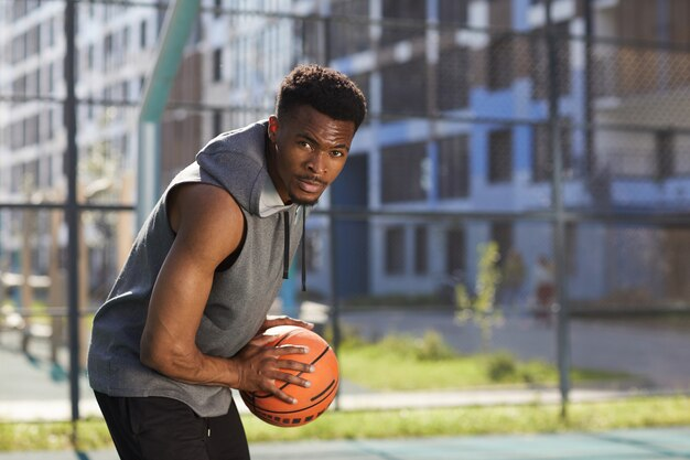 Giocatore di pallacanestro afroamericano concentrato