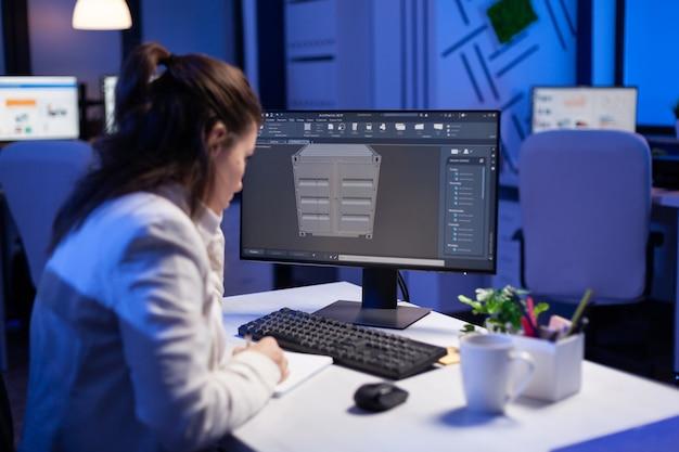 Architetto concentrato che lavora in d software per lo sviluppo di prototipi di container