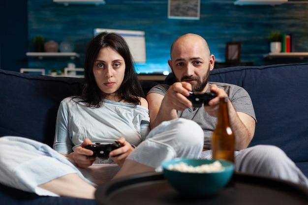 Giocatori determinati e concentrati che giocano al videogioco di calcio