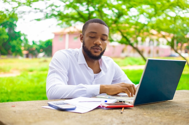 Bell'uomo concentrato che lavora al suo progetto