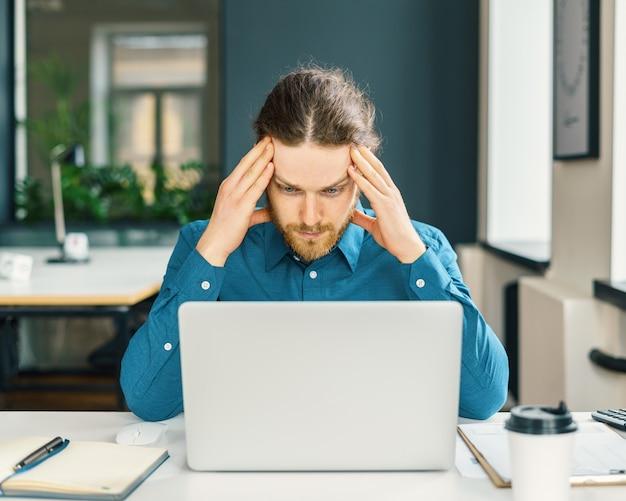 Impiegato aziendale di sesso maschile concentrato che cerca di concentrarsi